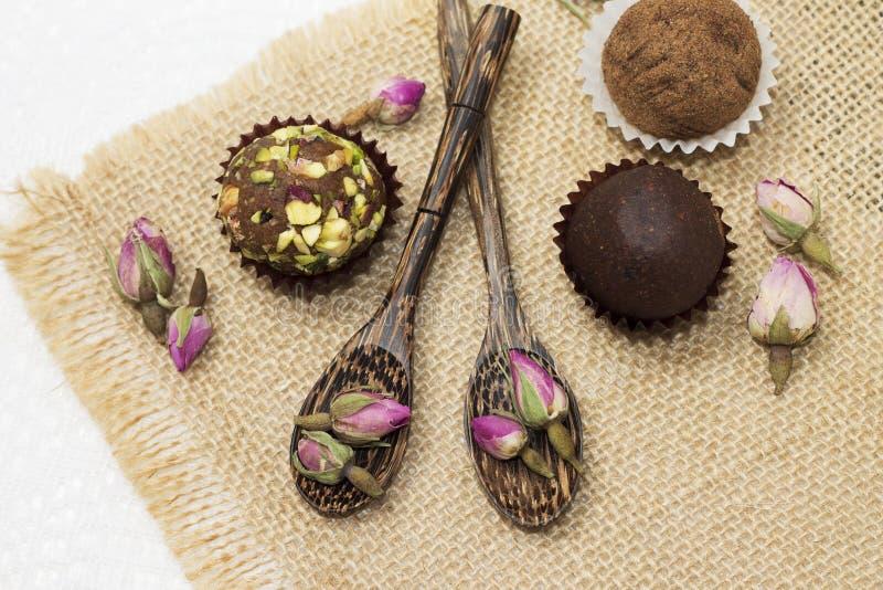 Bästa sikt av sötsaker och exotiskt te i studio royaltyfri fotografi