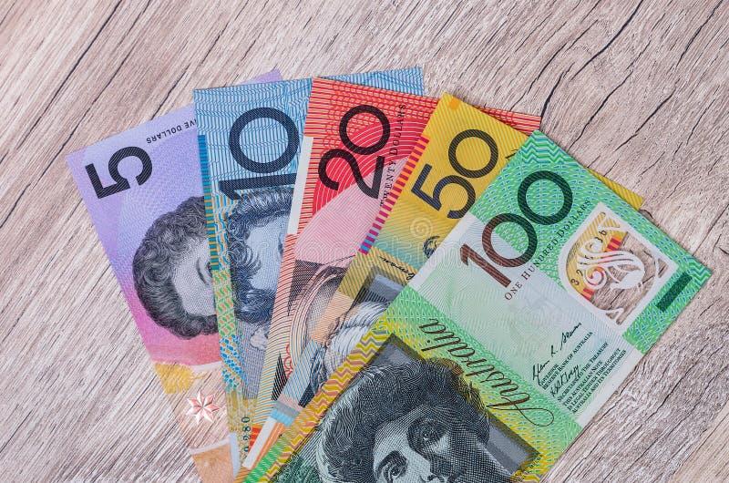 Bästa sikt av sedeln för australisk dollar på trätabellen arkivfoto