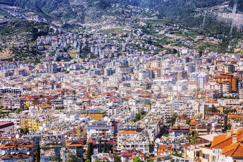 Bästa sikt av semesterortstaden i bergen solig ljus dag arkivbild