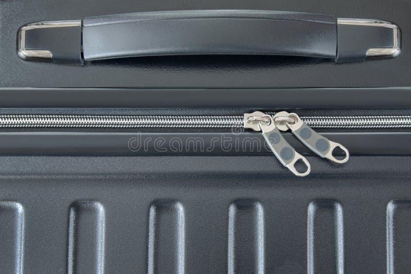 Bästa sikt av silverblixtlåset av den hårda besköt resväskan, nytt och cleaen royaltyfria bilder