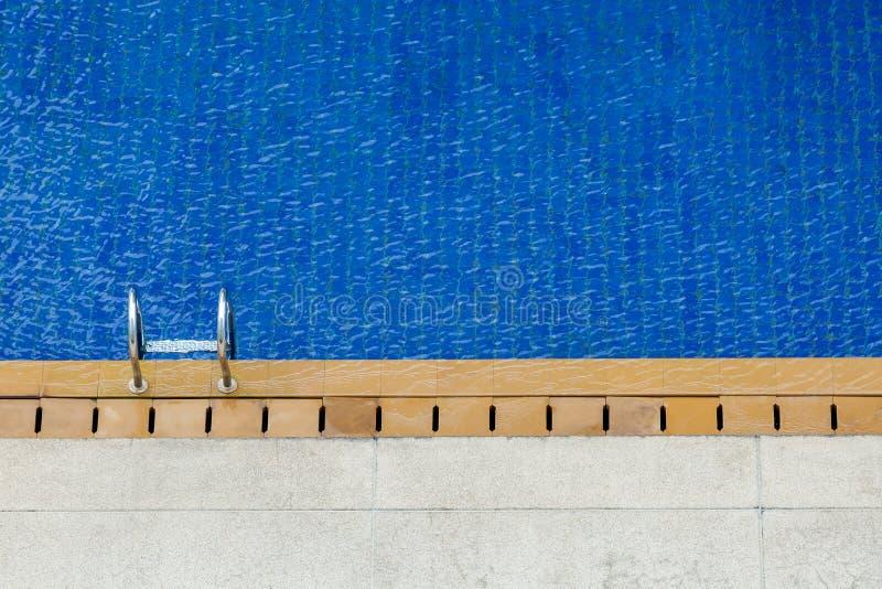 Bästa sikt av simbassängen och stege eller räcke blått vatten arkivfoton