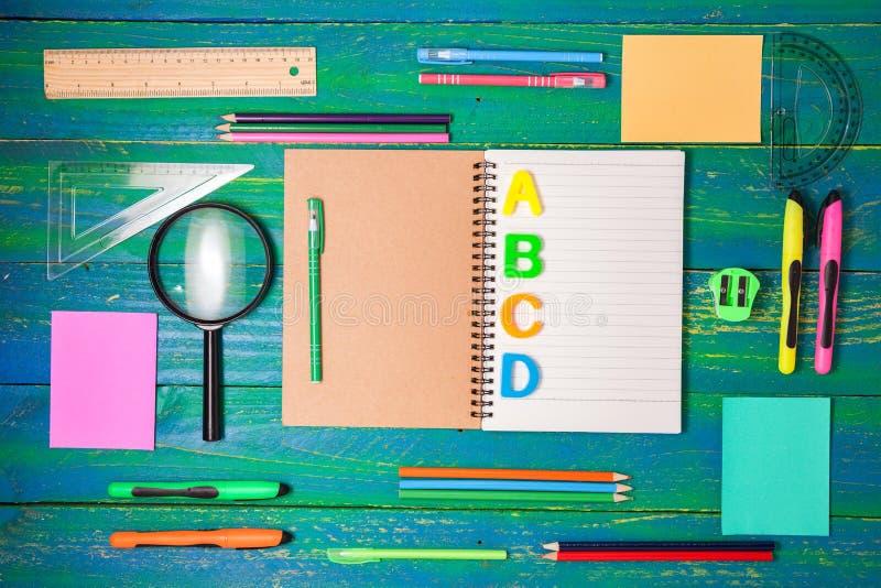 Bästa sikt av skola- och kontorstillförselbrevpapper på wood backgr royaltyfria bilder