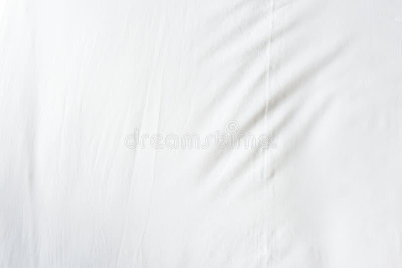 Bästa sikt av skrynklor på ett ogjort sängark efter en lång nattsömn arkivfoto