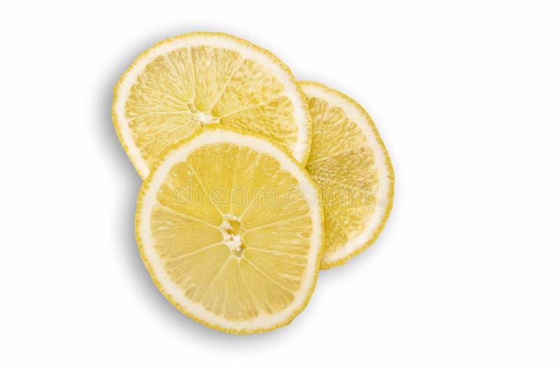 Bästa sikt av Sliced citronen Saftiga klippta frukter på vit yttersida Lägga framlänges med klippt lemoned frukt av isolerat på v arkivfoto