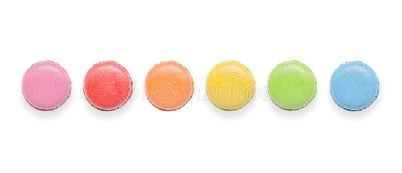 Bästa sikt av smakliga färgrika makron på vit bakgrund arkivfoton