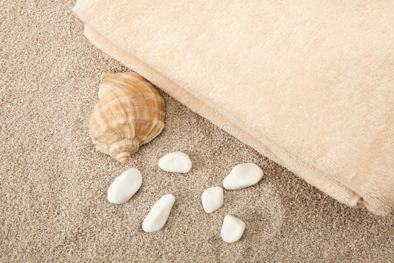 bästa sikt av snäckskalet, havsstenar och handdukar på sand fotografering för bildbyråer