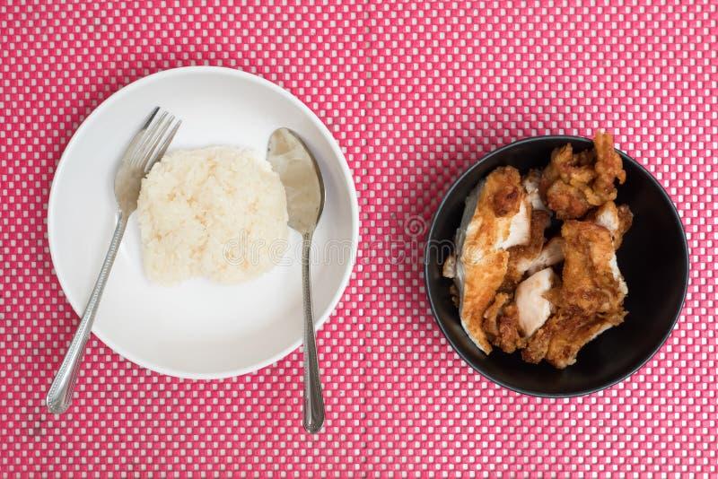 Bästa sikt av stekt kyckling med klibbiga ris på maträtten, thailändsk mat royaltyfri bild