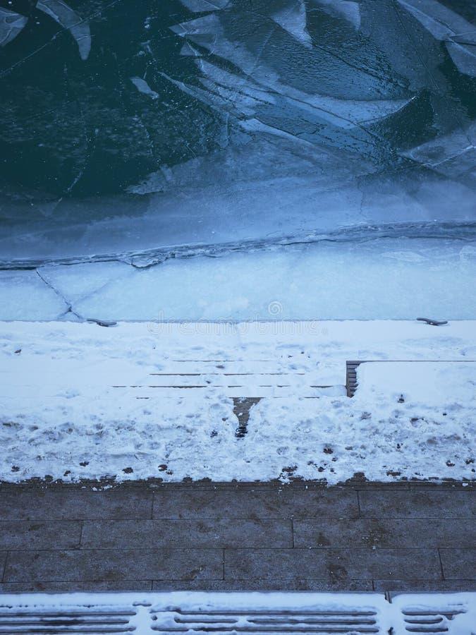 Bästa sikt av stenväggen in i djupfryst vatten arkivfoton