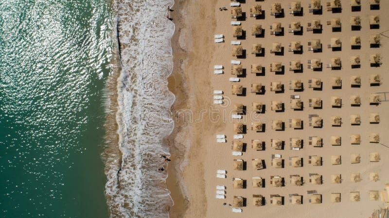 Bästa sikt av stranden med sugrörparaplyer Guld- sander, Varna, Bulgarien arkivfoto