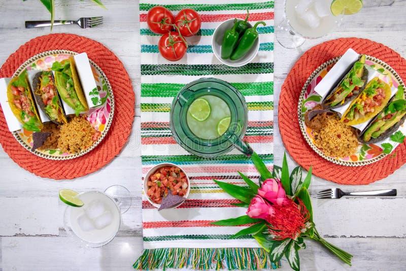 Bästa sikt av taco och margaritor på den colorfully dekorerade tabletopen arkivfoton