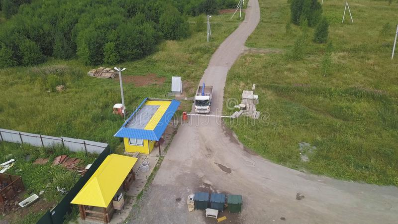 Bästa sikt av testpunktet gem Lastbilen på kontrollpunkt väntar på kontroll av transporterat gods Testpunkt i skog royaltyfri bild