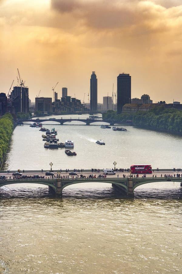 Bästa sikt av Themsen och den westminster bron i London arkivbilder