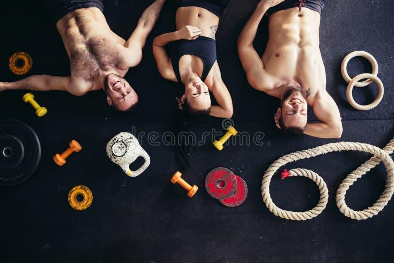 Bästa sikt av tillbehör för kondition och trädidrottsman nen som ligger på golv royaltyfria bilder