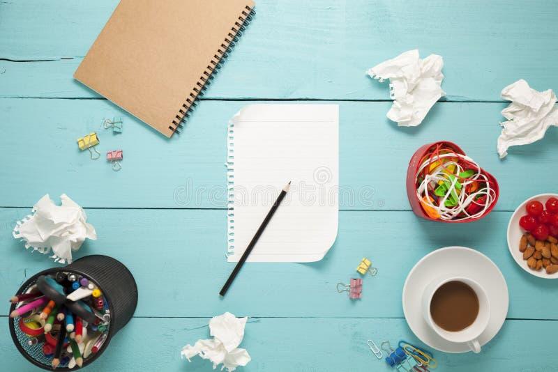 Bästa sikt av tomt papper och blyertspenna, kaffe, mandel, körsbär, och av royaltyfri foto