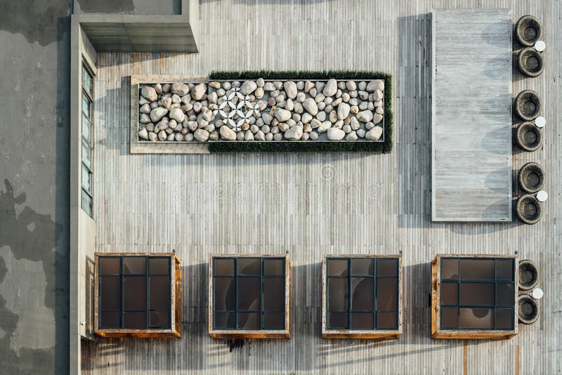 Bästa sikt av trägolvtaket med den dekorerade och utomhus- tabelluppsättningen för sten Arkitektonisk garnering, utomhus- plattfo royaltyfri foto