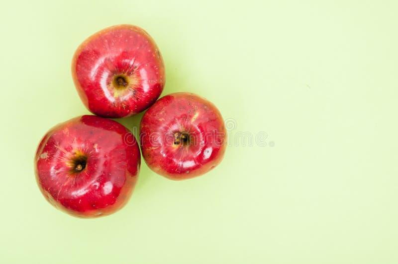 Bästa sikt av tre smakliga äpplen royaltyfri foto