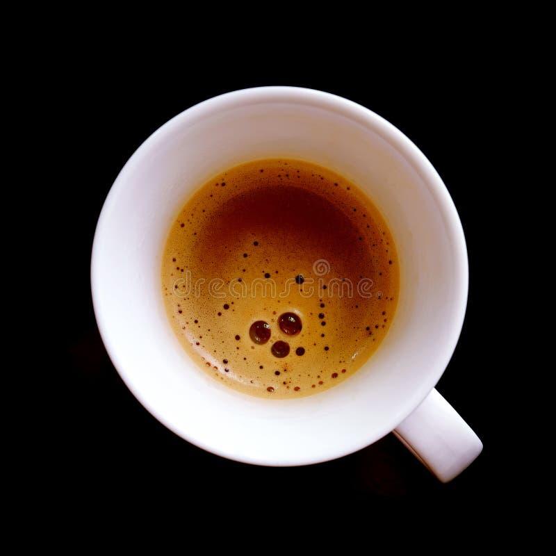 Bästa sikt av varmt ögonblickligt kaffe med bubblor i den vita koppen arkivbild