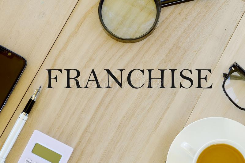 Bästa sikt för affärs- och finansbegrepp av förstoringsglaset, glasögon, en kopp kaffe, räknemaskinen, pennan och mobiltelefonen  vektor illustrationer