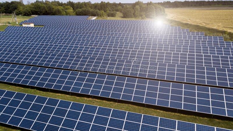 Bästa sikt för flyg- skott av den photovoltaic lantgården för solpanel fotografering för bildbyråer