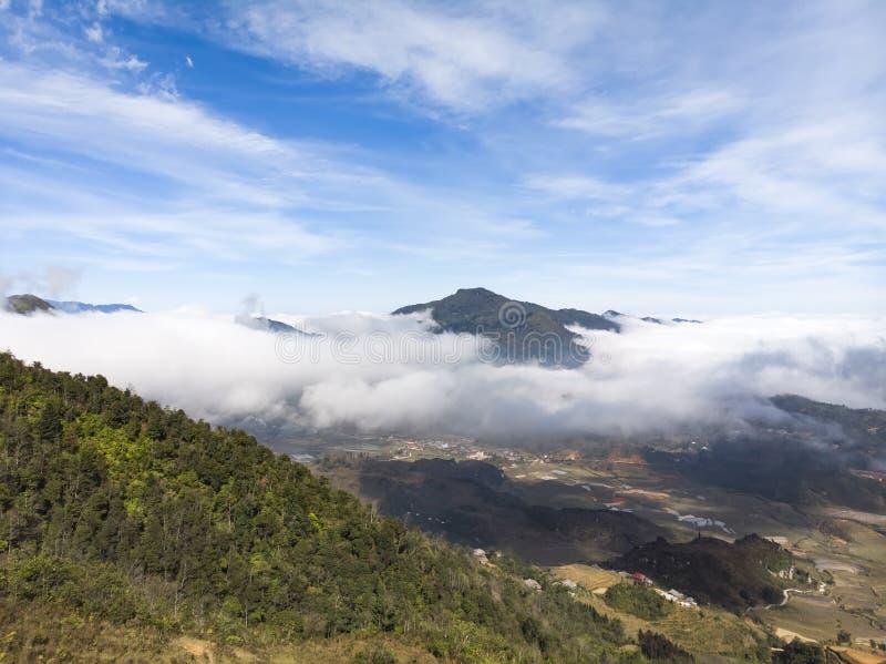 Bästa sikt för härlig panorama av att växa det guld- rårisfältet i Tavan den lokala byn med det fansipan berget och molnig himmel royaltyfri foto