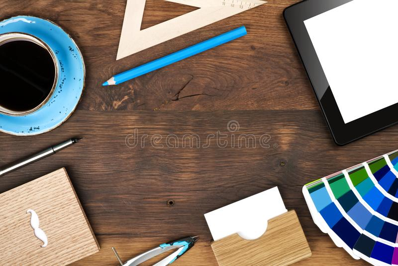 Bästa sikt för idérik arbetarkontorsworkspace, kopieringsutrymme i mitt fotografering för bildbyråer