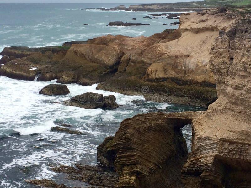 Bästa sikt för kulle av den steniga kanjonen och kusten royaltyfria foton