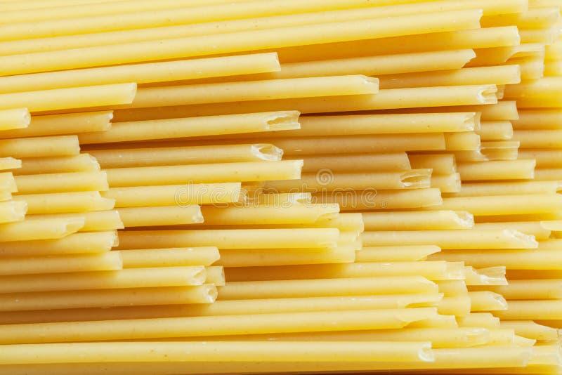 Bästa sikt för okokt italiensk spagetti arkivfoto