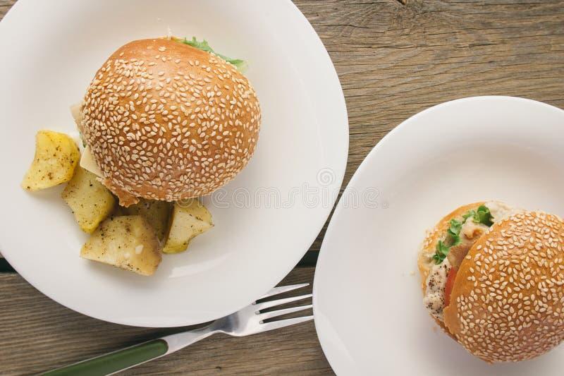 Bästa sikt för ostburgare- och potatisvedges fotografering för bildbyråer