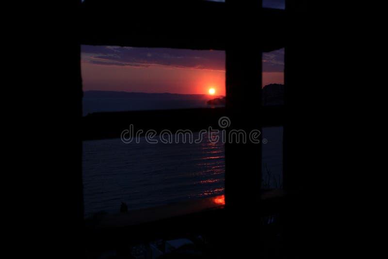 Bästa sikt för solnedgångkastfönster arkivfoton