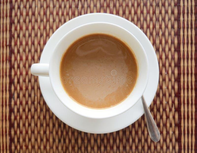 Bästa sikt för vietnamesiskt ögonblickligt varmt kaffe på exotiskt asiatiskt mattt royaltyfri bild