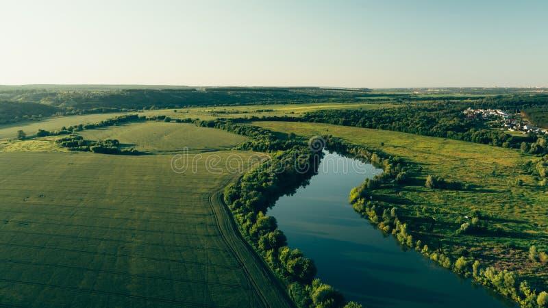 Bästa sikt, flygbild från surret eller aerostat till panorama för sommarnaturlandskap, gröna ängar i bygd på solnedgångtid royaltyfri bild