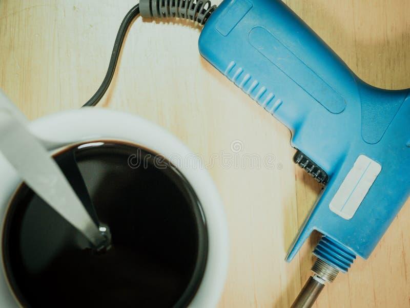 Bästa sikt från blå löda penna och svart kaffe i den vita koppnollan royaltyfria bilder
