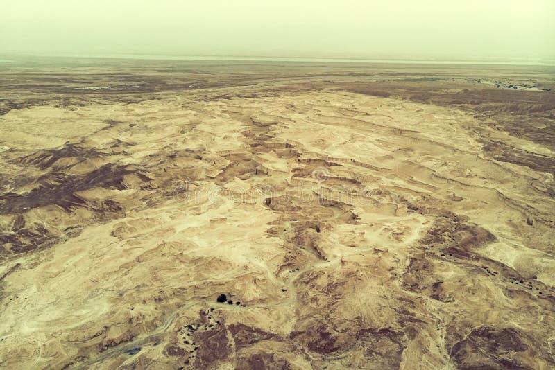 Bästa sikt från den Masada fästningen till den Judaean öknen och det döda havet Ökenlandet av Israel Bakgrund av kanjonen i royaltyfri bild