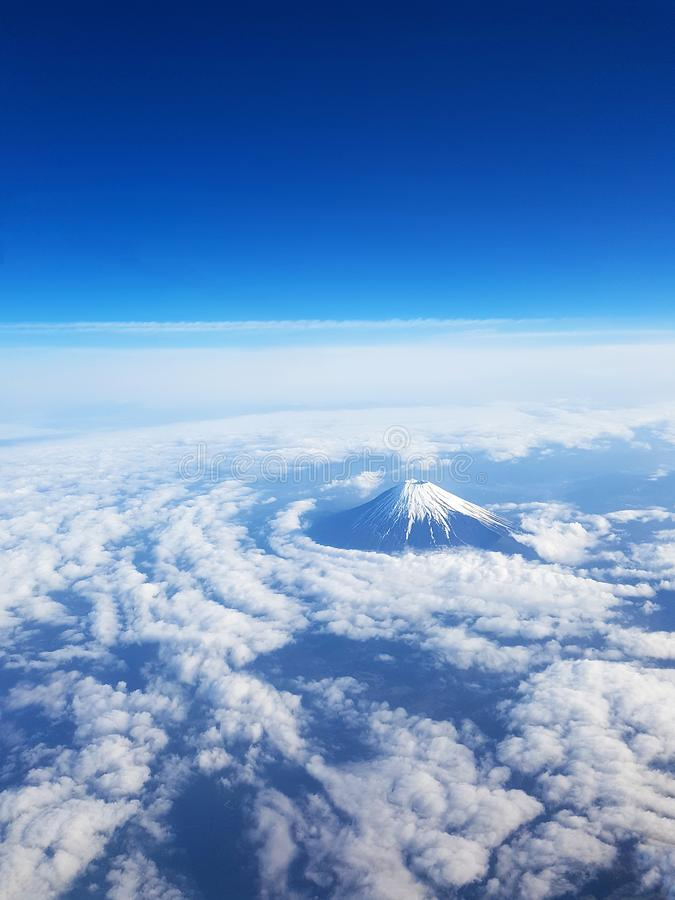 Bästa sikt - Mt Fuji från himmelsikt på fönsterplats av nivån Bl? himmel och m?nga moln arkivbilder