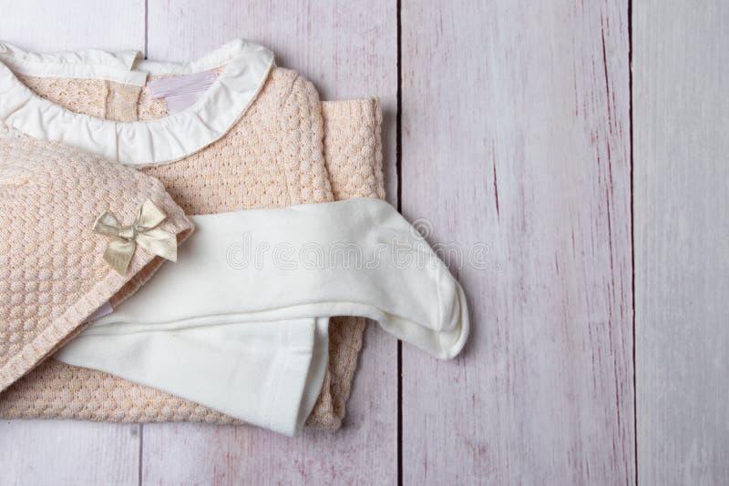 Bästa sikt på bunten av färgrik kläder för flicka på en ljus rusti arkivfoto