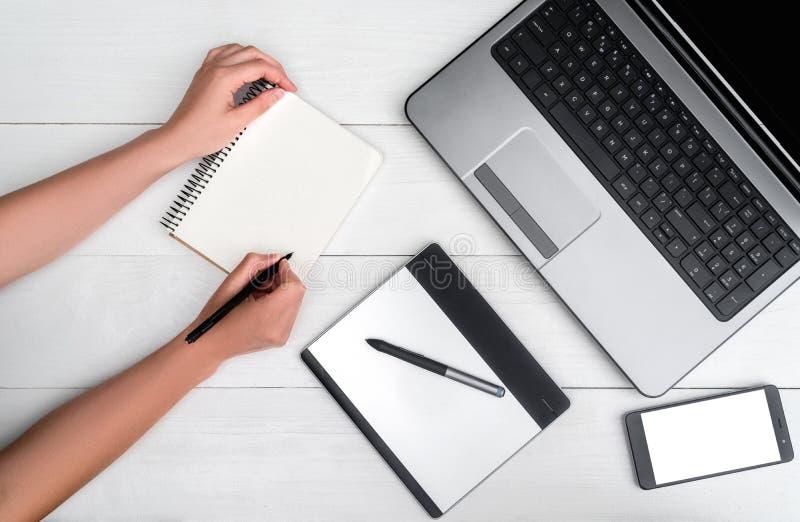 Bästa sikt på den vita trätabellen med den öppna bärbar datordatoren fotografering för bildbyråer