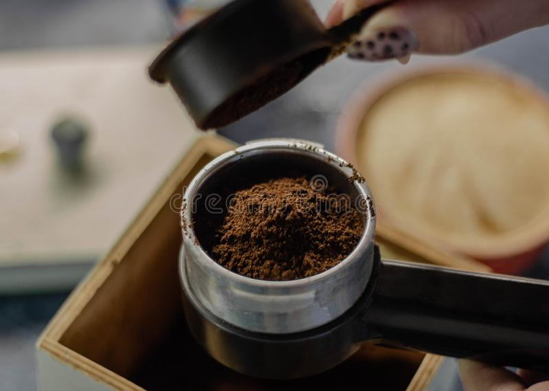 Bästa sikt på förberedelsen av nytt jordkaffe i en kaffebryggare arkivbilder