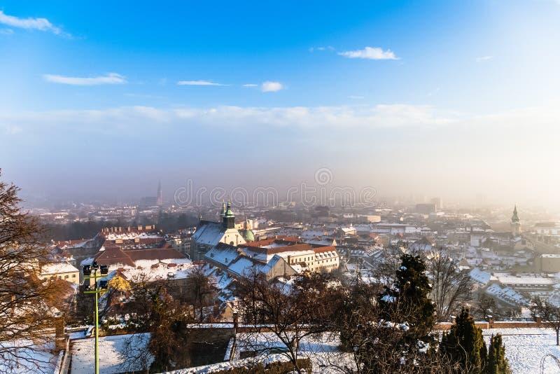 Bästa sikt på Graz i dimman fotografering för bildbyråer