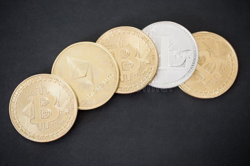 Bästa sikt på guld- mynt av Bitcoin, Litecoin och Ethereum på svart bakgrund royaltyfri fotografi