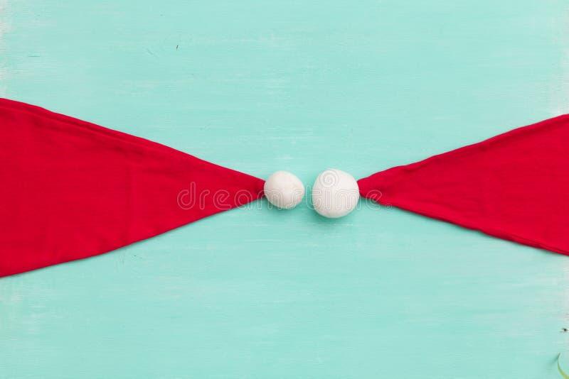 Bästa sikt på jultomten hattar på retro träturkosbakgrund Jul-, vinter- och säsongbegrepp fotografering för bildbyråer