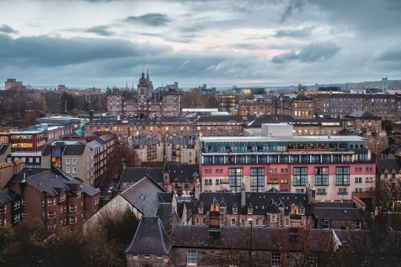Bästa sikt på nattstaden av Edinburg royaltyfria foton