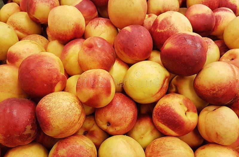Bästa sikt på nya nektarinfrukter marknad f?r bonde` s arkivfoto