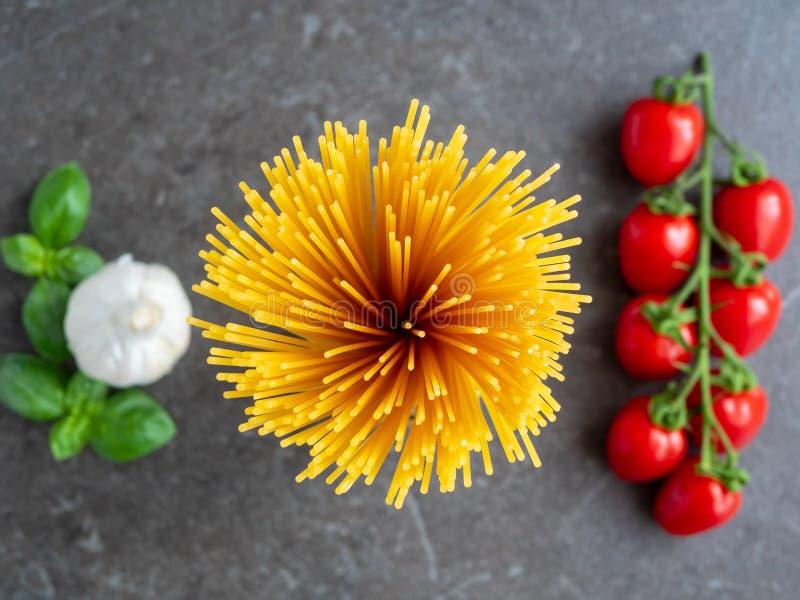 Bästa sikt på spagetti med tomater och vitlök arkivfoton