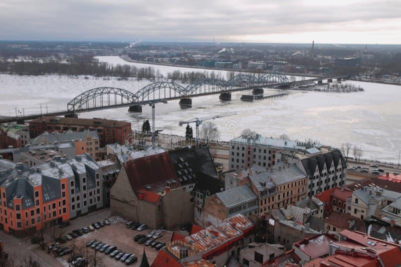 Bästa sikt på stad, floden och järnvägsbron latvia riga arkivfoto