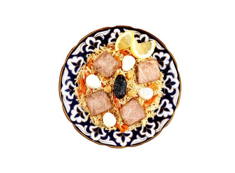 Bästa sikt på traditionell asiatisk pilaff med kött i den isolerade keramiska bunken royaltyfri fotografi