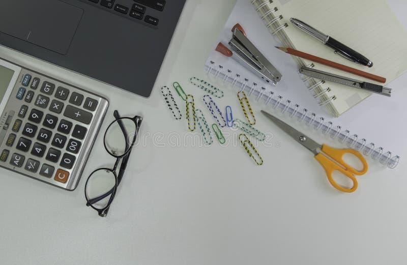 Bästa sikt, plant lekmanna- foto av workspacekontorsskrivbordet royaltyfri bild