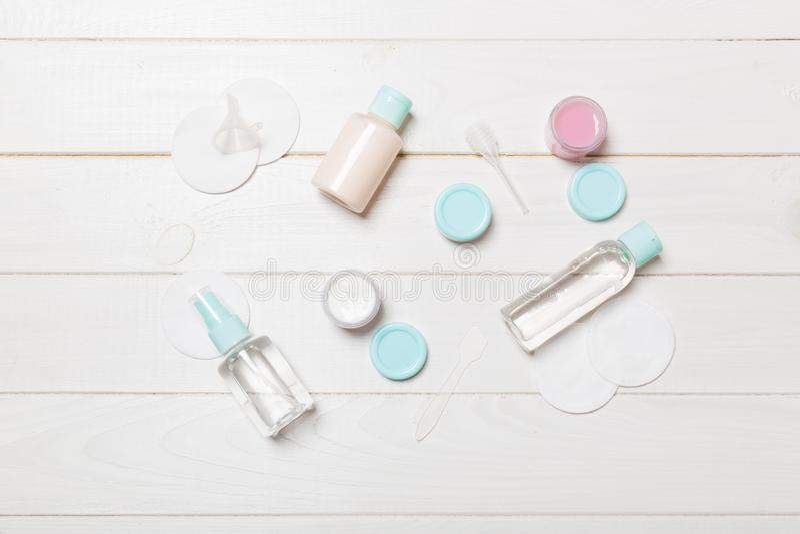 Bästa sikt som är bemedlad för framsidaomsorg: flaskor och krus av uppiggningsmedel, micellar rentvå vatten, kräm, bomullsblock p arkivbild