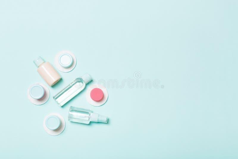 Bästa sikt som är bemedlad för framsidaomsorg: flaskor och krus av uppiggningsmedel, micellar rentvå vatten, kräm, bomullsblock p fotografering för bildbyråer