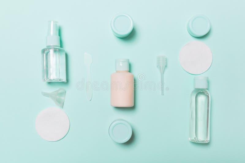 Bästa sikt som är bemedlad för framsidaomsorg: flaskor och krus av uppiggningsmedel, micellar rentvå vatten, kräm, bomullsblock p arkivbilder