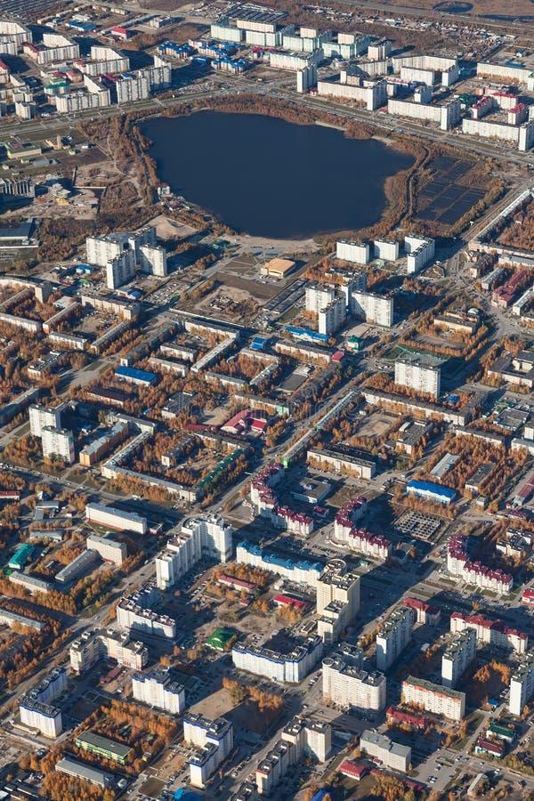 Bästa sikt staden av Nizhnevartovsk i höst arkivbild